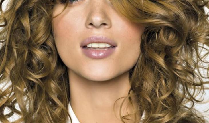coiffure femme cheveux bouclés