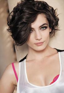 coiffure femme carre court boucle