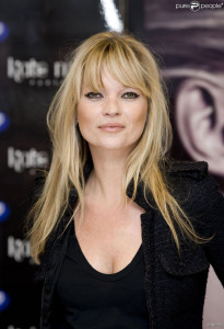 coiffure frange kate moss