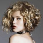 coupe de cheveux boucles carre plongeant