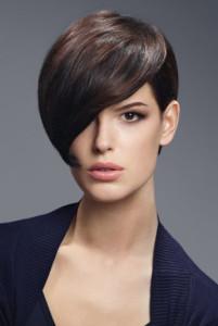 coupe de cheveux court avec frange sur le coté