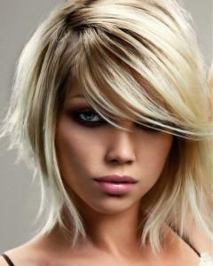 coupe de cheveux dégradé court avec frange sur le coté