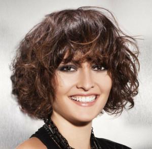 coupe de cheveux frisés femme avec frange