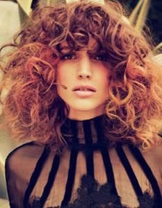 coupe de cheveux frisés frange