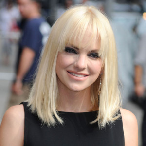 coupe frange droite blonde
